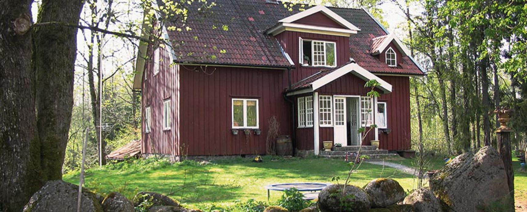 dom pomalowany farbą do drewna