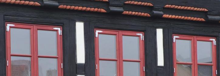 Rote Fenster im Fachwerkhaus